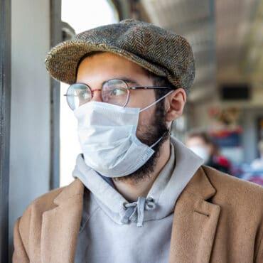 Mann mit Maske und Brille